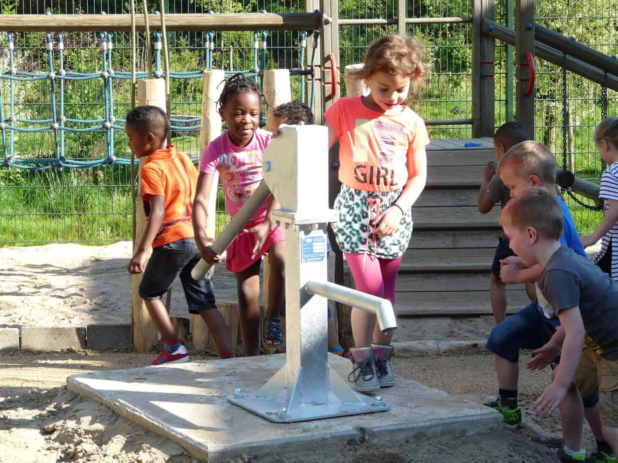 handwaterpomp op schoolplein
